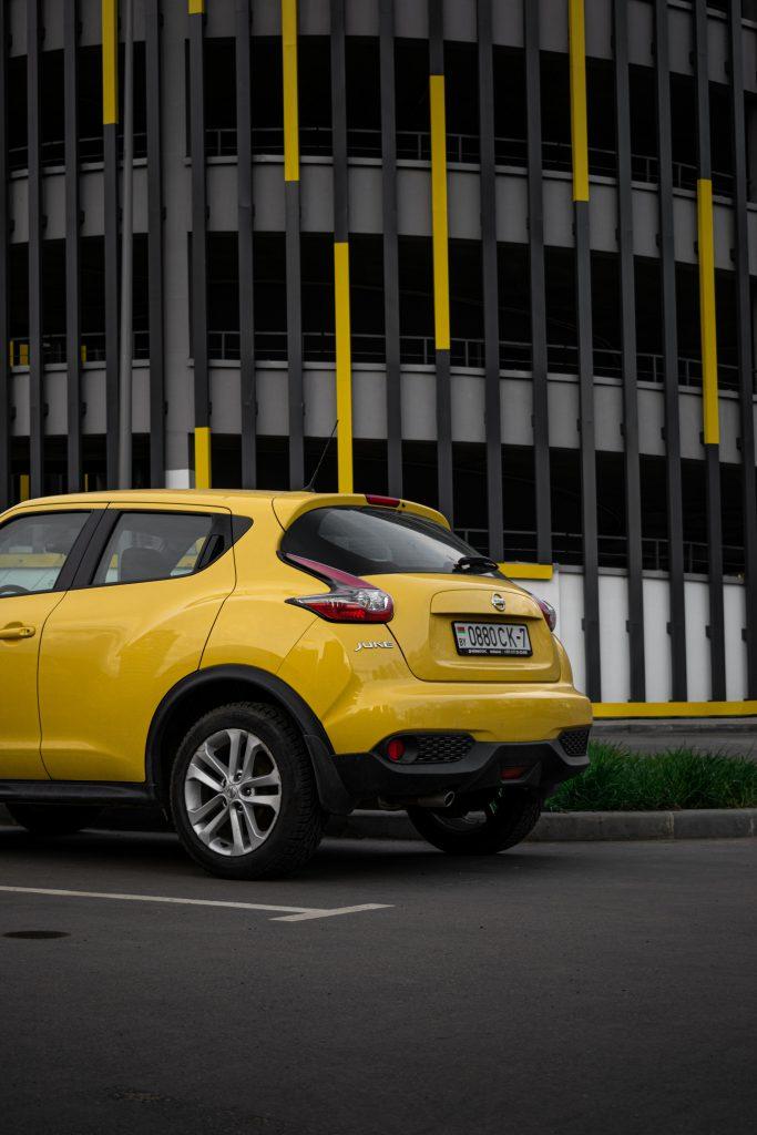 Rear windscreen of a yellow Nissan Juke on the street